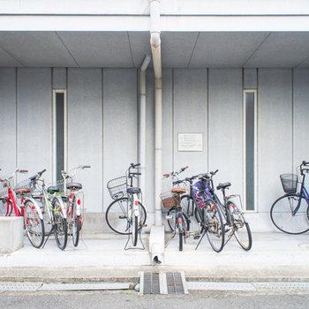 自転車置場は広めで屋根付きですよ!