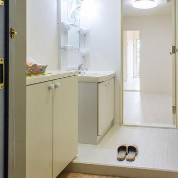 玄関開けると洗面台まですぐです。