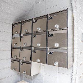 シンプルなシルバーのメールボックス