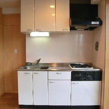 システムキッチンは白です。