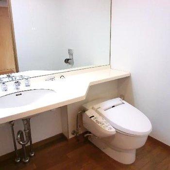 ワイドなミラー!トイレと併設。