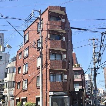 スラっとした5階建の赤レンガの建物です。
