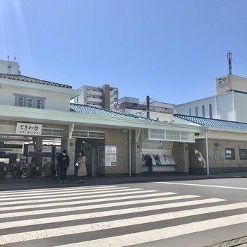 明るい色の駅舎が素敵。