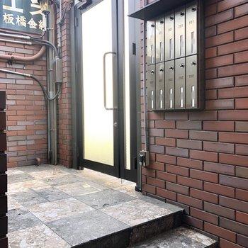 安心のオートロック付きドア。