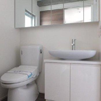 横長の鏡が特徴的な脱衣スペース