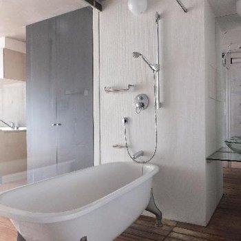 かっこいい、お風呂。床が無垢材です