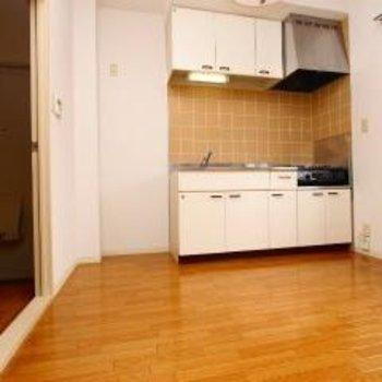 キッチンは2口コンロ!窓があって開放的です