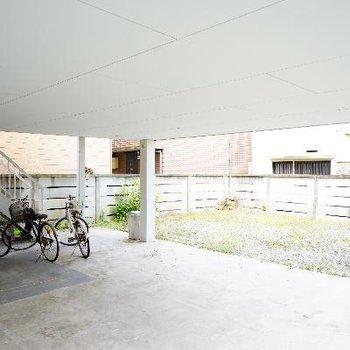 1階の敷地内です。駐輪場は屋根付き♪