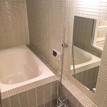 奥まったお風呂はホテルみたいなガラス張り