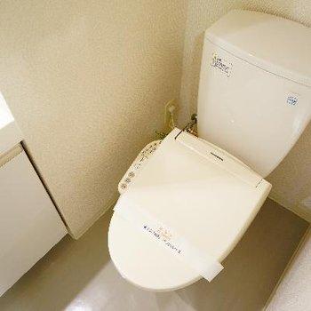 となりにはウォシュレット付きのトイレ!