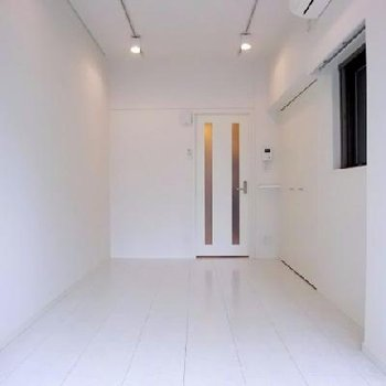 真っ白な空間。天井も高くてすっきりします。