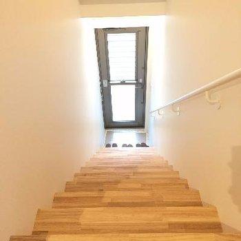 玄関からすぐ階段です