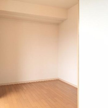 リビングルームから見たベッドルームです