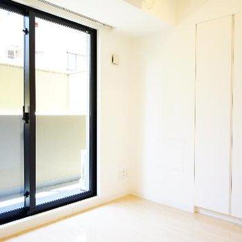 4.1帖の寝室にも大きな窓が。
