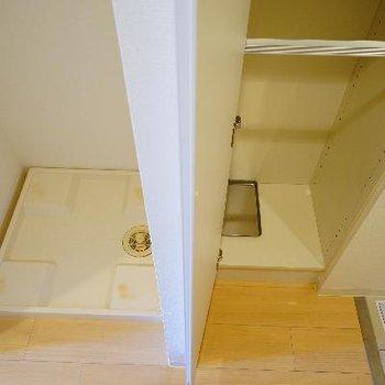 キッチン横に洗濯機と下駄箱です。
