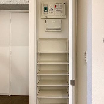 【1階】シューズボックスは12足くらいしまえそうです。