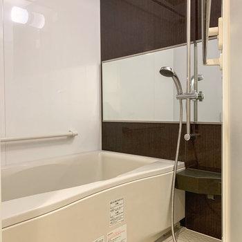【1階】ブラウンのクロスが素敵なお風呂。浴室乾燥機付きですよ。