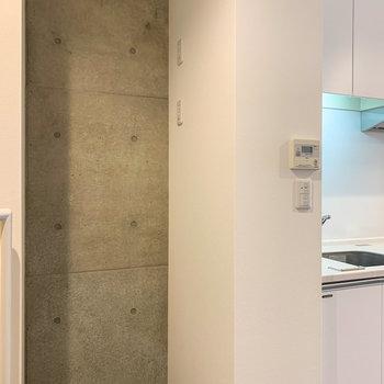 【2階】冷蔵庫置場はキッチン横へ。さりげない打ちっぱなしのコンクリート、いいですねえ。