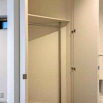 【2階】冷蔵庫置場の向かいには、三角形のクローゼット。
