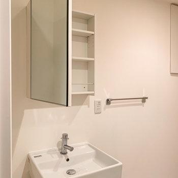 【1階】その向かいには洗面台。コンセントと収納があるので、朝の支度はこちらで済みそうですね。