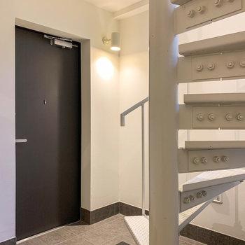 【1階】玄関はL字型。