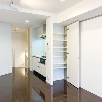 【2階】キッチンサイドには収納がありました。日用品をしまうのに丁度よさそうです。