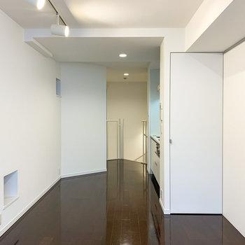 【2階】間接照明の向かいにはピクチャーレール。お気に入りの写真や絵画を。