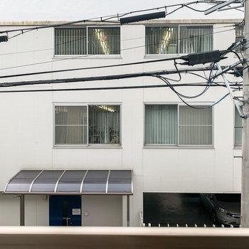 【2階】眺望は道路を挟んだお向かいの建物。