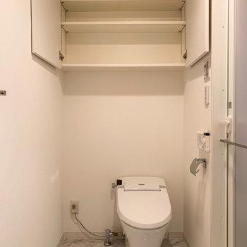 【1階】トイレは温水洗浄機付き。上部棚にはトイレットペーパーのストックを。