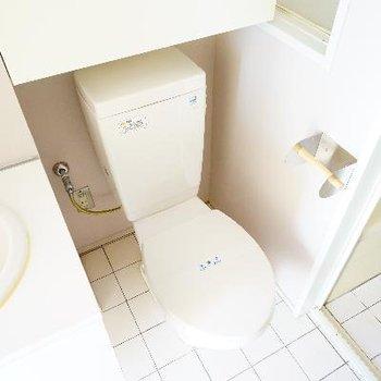 よこにトイレが。裏に洗濯機です。※前回募集時の写真です。