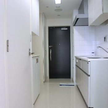 キッチン部分の廊下です。通常よりも広い2.7帖。