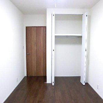 寝室です。こちらにも収納。
