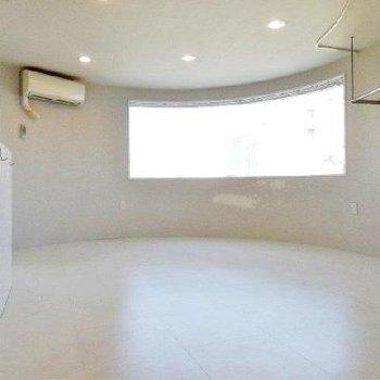 白いお部屋、ガラス張りのお風呂。「いかにも」なデザイナーズ。