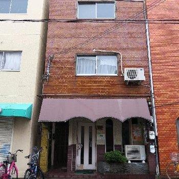 喫茶店が1階に入ったレトロビル。