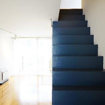 紺の階段を上って