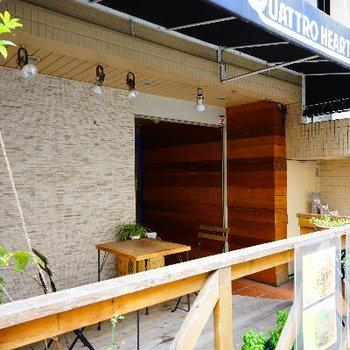 1階のカフェもウッドデッキで良い雰囲気♪