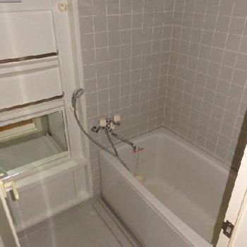 お風呂はちょっと古いタイプですが追い焚き付き。