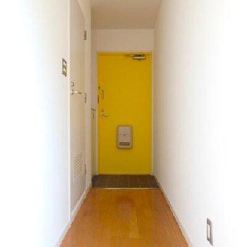 黄色の玄関ドア、可愛い。