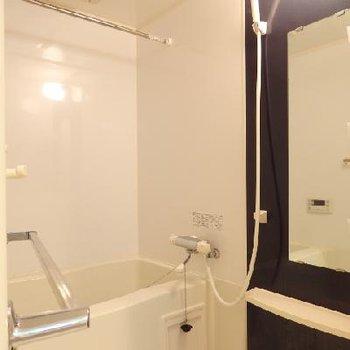 シンプルなお風呂。追焚付き、浴室乾燥機付きです※写真は別部屋