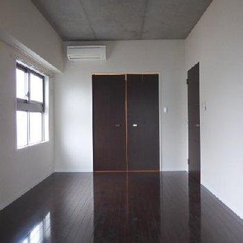 天井がコンクリ打ちっぱなしになっています※写真は別部屋