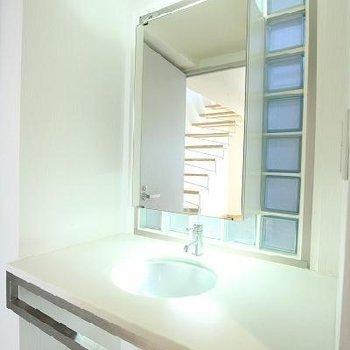 洗面台が幻想的。※写真は前回募集時のものです