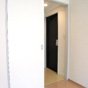 扉の先は洗濯機置き場。と、出入り口。※写真は前回募集時のものです