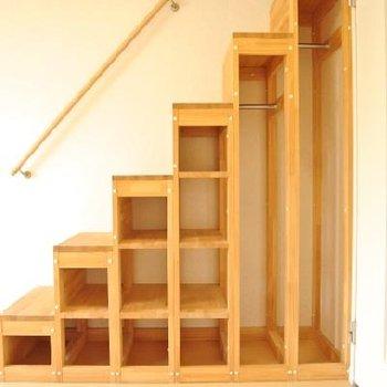 ジグザグの階段に収納※写真は別部屋