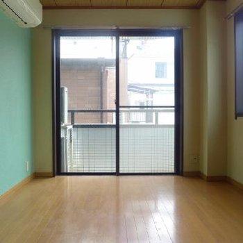 南と西に窓がある洋室。クロスの色もこだわっています