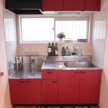 キッチンはレッド!契約時にガスコンロが設置されます!