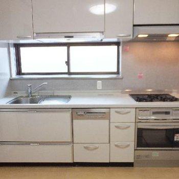 食洗機付きの大きなシステムキッチン◎