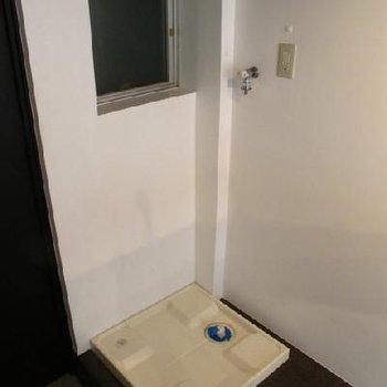 玄関脇・キッチン裏手に洗濯機置き場です。※写真は別部屋です