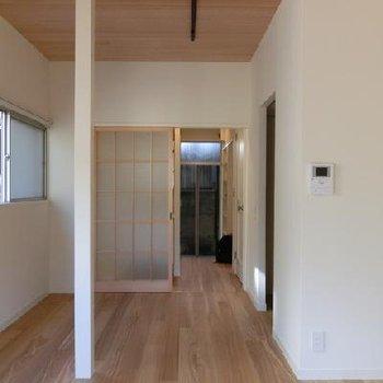 高さのある天井のおかげで感じる開放感。 ※写真は別部屋です