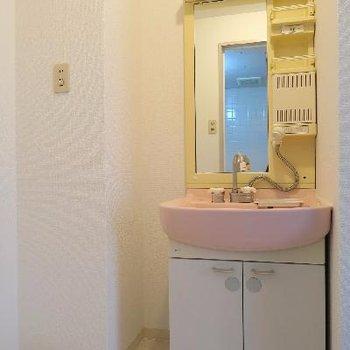 レトロピンクの洗面台。
