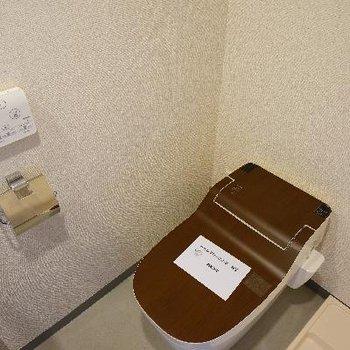 トイレは木目調でスタイリッシュ!